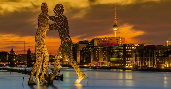 Blick auf die Spree kurz nach Sonnenuntergang mit Molecule Man, Oberbaumbrücke, Fernsehturm